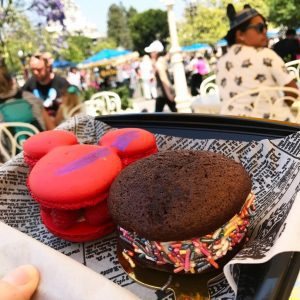 Don't give up on healthy eating just because you are on vacation. Here are 5 tips for healthier eating at Disneyland that let you splurge on treats and still stay on track!