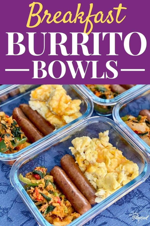 Gesunde Frühstücks-Burritoschalen mit Eiern, Hühnerwurst und Gemüse in Glasmehlzubereitungsbehältern