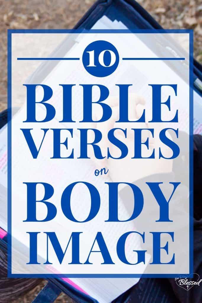 10 Bibelverse zum Körperbild mit offener Bibel und im Gebet gefalteten Mädchenhänden
